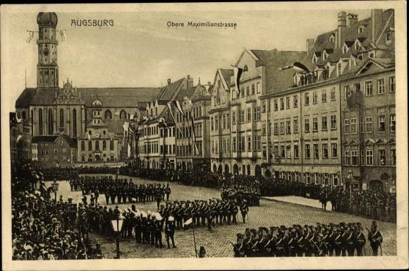 Ak Augsburg in Schwaben, Obere Maximilianstraße, Militärparade, Zuschauer