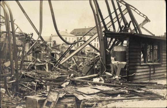 Foto Ak Ausgebranntes Haus, Trümmer, Überreste