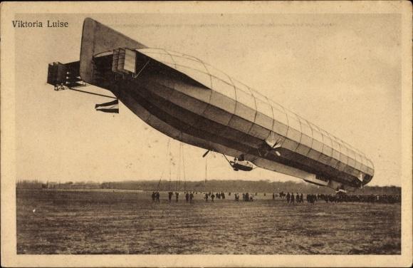 Ak Zeppelin Viktoria Luise, Luftschiff über einem Landefeld, Halteseile