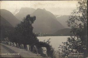 Ak Loen Norwegen, Nordfjord, Blick von einer Straße über den Fjord