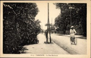Ak Tamatave Toamasina Madagaskar, La Rue Nationale, Radfahrer, Straßenpartie