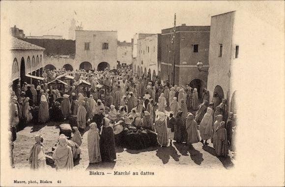Ak Biskra Algerien, Marché aux dattes, Araber auf dem Marktplatz, Maghreb