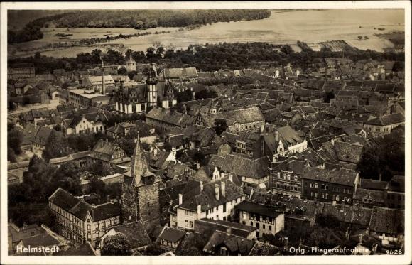 Ak Helmstedt in Niedersachsen, Fliegeraufnahme des Ortes, Kirche