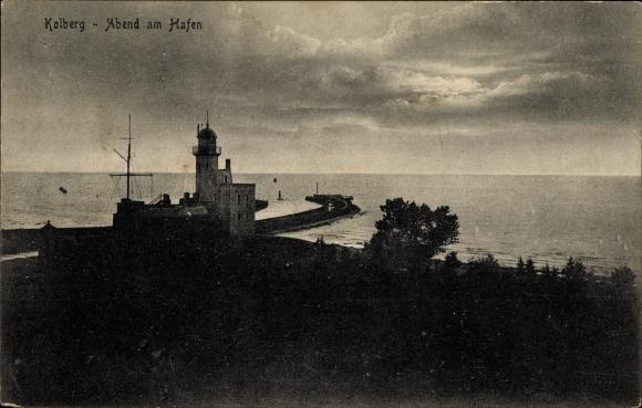 Ak Kołobrzeg Kolberg Pommern, Abend am Hafen, Leuchtturm