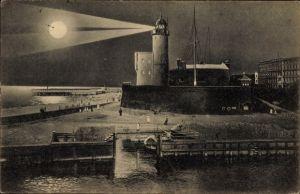 Ak Kołobrzeg Kolberg Pommern, Abendstimmung, Leuchtturm bei Nacht