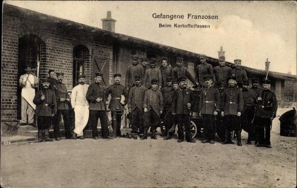 Ak Gefangene Franzosen beim Kartoffelfassen, Kriegsgefangene, Kriegsgefangenenlager, I. WK