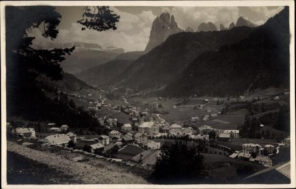 Ak St. Ulrich in Gröden Ortisei Südtirol, Verso Sassolungo e Sella, Blick auf den Ort