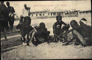 Ak Somalia, Jeuns Somalis jouent le jeu, Dèleb, Somalische Jungen beim Spielen