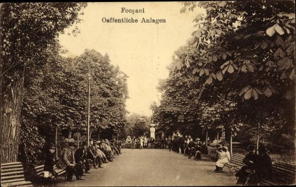 Ak Focșani Fokschan Rumänien, Öffentliche Anlagen, Kastanienbäume, Besucher