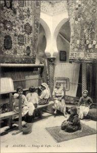 Ak Algerien, Tissage de Tapis, Teppichweberinnen bei der Arbeit, Kinderarbeit