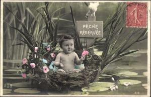 Ak Pèche réservée, Kleinkind in einem Vogelnest am Teich, Kitsch, Angeln verboten