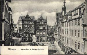 Ak Gießen an der Lahn Hessen, Marktplatz und Kriegerdenkmal, Fachwerkhaus