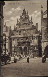 Ak Münster in Westfalen, Blick auf das Stadtweinhaus, Passanten