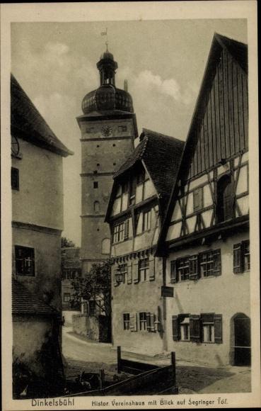 Ak Dinkelsbühl im Kreis Ansbach Mittelfranken, Historisches Vereinshaus mit Blick auf Segringer Tor
