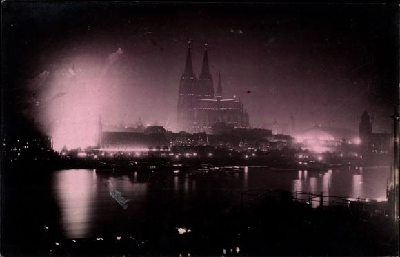 Foto Ak Köln am Rhein, Rheinpartie mit Blick auf Dom, Nachtaufnahme