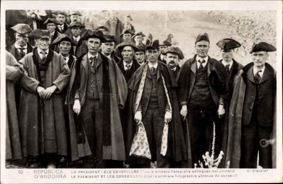 Ak Andorra, Lo Pesident i els Consellers, Präsident mit Beratern, Dreispitzhüte