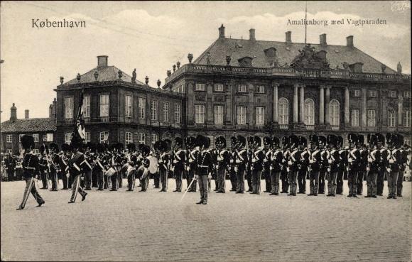 Ak København Kopenhagen Dänemark, Amalienborg med Vagtparaden