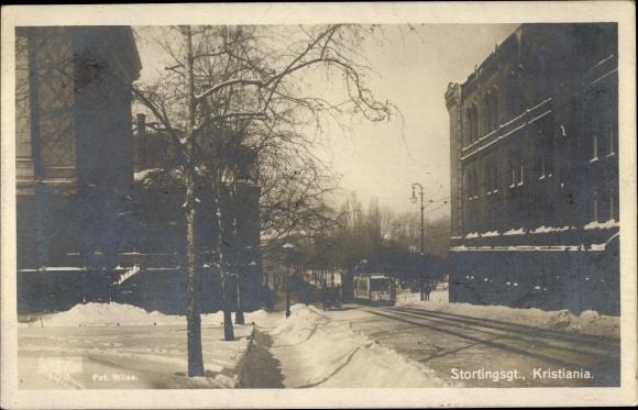 Foto Ak Kristiania Christiania Oslo Norwegen, Stortingsgt., Straßenpartie im Winter, Straßenbahn