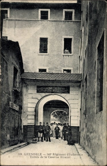 Ak Grenoble Isère, 140 Régiment d'Infanterie, Entrée de la Caserne Bizanet
