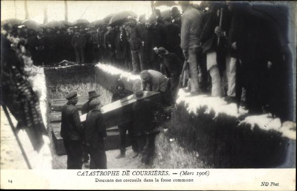Ak Catastrophe de Courrières Mars 1906, Descente des cercueiles, Grubenunglück, Bestattung