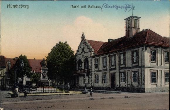 Ak Müncheberg im Kreis Märkisch Oderland, Partie am Markt mit Rathaus