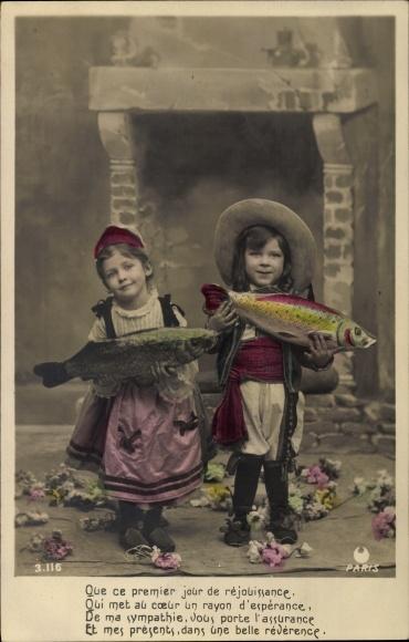 Ak 1. April, 1er Avril, Junge und Mädchen mit Fischen, Kamin, Que ce premier jour de rejouissance