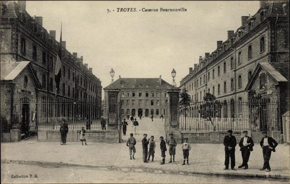 Ak Troyes Aube, Caserne Beurnonville, Kinder am Kasernentor