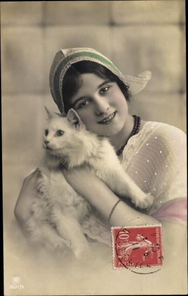Ak Mädchen mit einer Spitzenhaube hält eine Katze auf dem Arm, RPH 3037/3