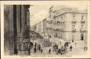 Ak Tarent Taranto Puglia, Compagnie di sbarco passano per il Corso Umberto, Straßenpartie, Soldaten