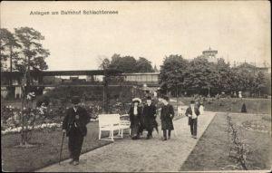 Ak Berlin Zehlendorf, Anlagen am Bahnhof Schlachtensee, Passanten