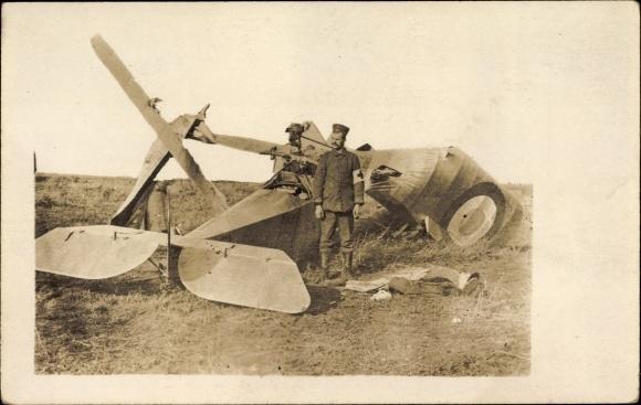 Foto Ak Abgeschossener feindlicher Flieger, Japanischer Flugzeugführer, I. WK
