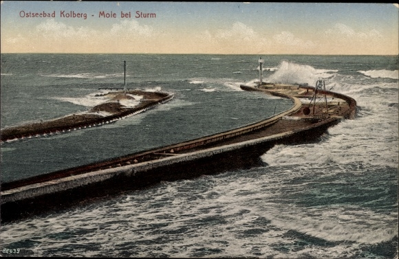 Ak Kołobrzeg Kolberg Pommern, Blick auf die Mole bei Sturm