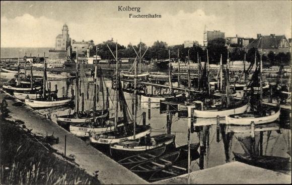 Ak Kołobrzeg Kolberg Pommern, Fischereihafen, Boote