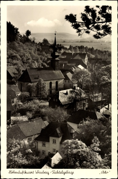 Ak Wirsberg im Frankenwald Bayern, Totalansicht der Ortschaft im Fichtelgebirge, Kirche