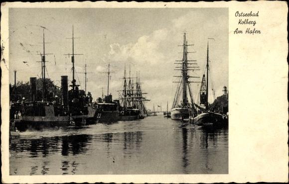 Ak Kołobrzeg Kolberg Pommern, Blick in den Hafen, Segelschiffe