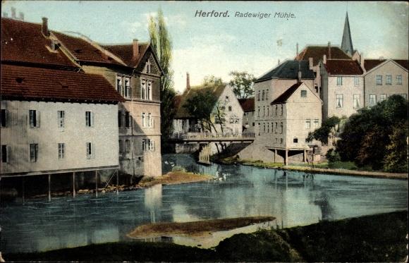 Ak Herford in Nordrhein Westfalen, Radewiger Mühle, Flusspartie mit Teilansicht der Stadt