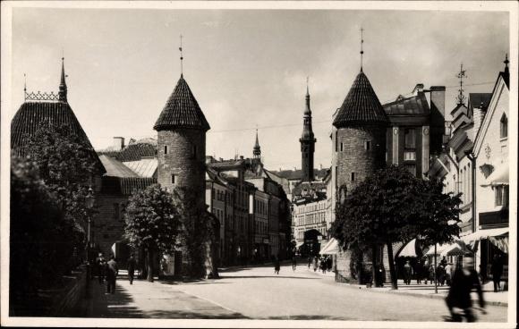 Foto Ak Tallinn Reval Estland, Straßenpartie an der Lehmpforte, Passanten