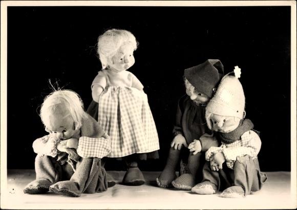 Ak Sonneberg in Thüringen, Deutsches Spielzeugmuseum, Julchen und ihre Freier, Puppen