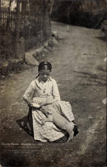 Ak Baden, Kleines Mädchen füttert ein Ferkel aus der Milchflasche, Foto Theodor Busam aus Oberkirch