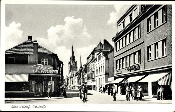 Ak Ahlen im westfälischen Münsterland, Oststraße mit Blick zur Kirche, Geschäfte, Passanten