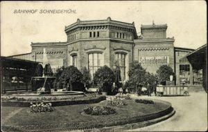 Ak Piła Schneidemühl Posen, Bahnhof vom Vorplatz gesehen, Grünanlagen, Fontäne