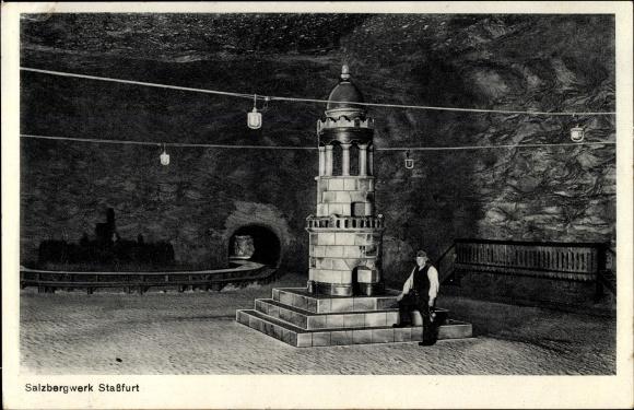 Ak Staßfurt im Salzlandkreis, Mann im Festsaal im Salzbergwerk