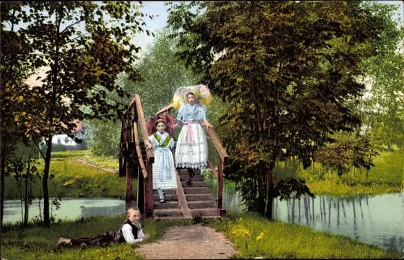 Ak Spreewald, Zwei Frauen in Volkstrachten auf einer Brücke, Eine Bank