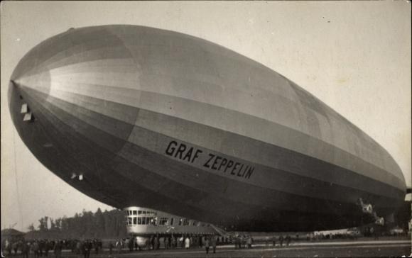 Foto Ak Graf Zeppelin, Starrluftschiff über einem Landeplatz