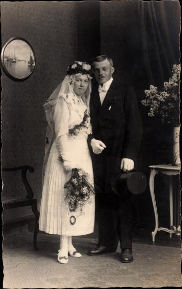 Foto Ak Hochzeitspaar, Braut, Brautkleid, Bräutigam, Anzug, Zylinder ...