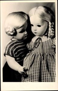 Ak Sonneberg in Thüringen, Deutsches Spielzeugmuseum, Sonneberger Puppenpaar 1950