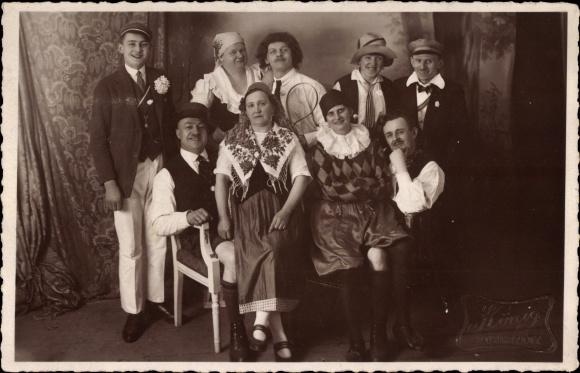Foto Ak Männer und Frauen in Faschingskostümen, Clown, Fotograf König, Burgstädt