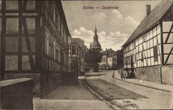 Ak Rüthen im Kreis Soest Nordrhein Westfalen, Blick auf das Oesterntor, Straßenpartie