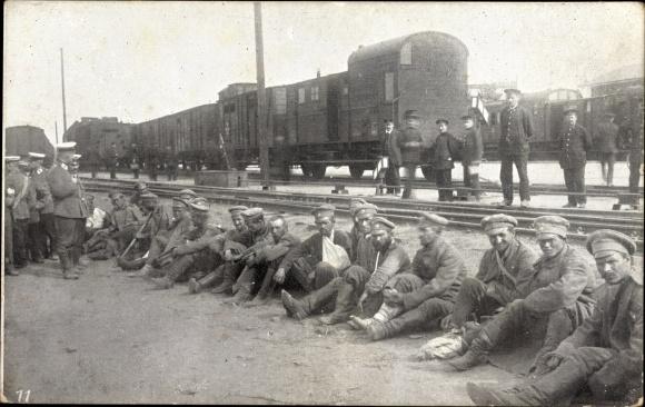Ak Königsbrück in der Oberlausitz, Kriegsgefangene, Gefangene russische Soldaten am Bahnhof