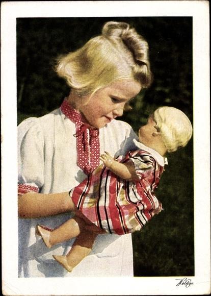 Ak Blondes Mädchen mit einer Puppe im Arm